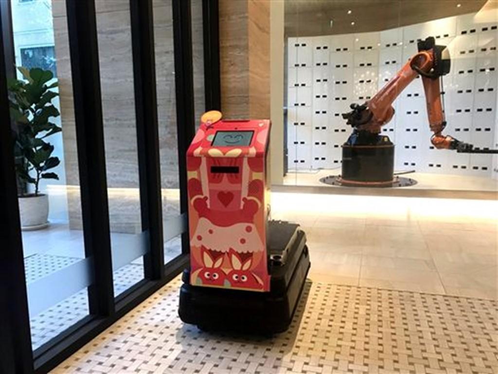 機器人管家好貼心!台中最大智能旅店開幕